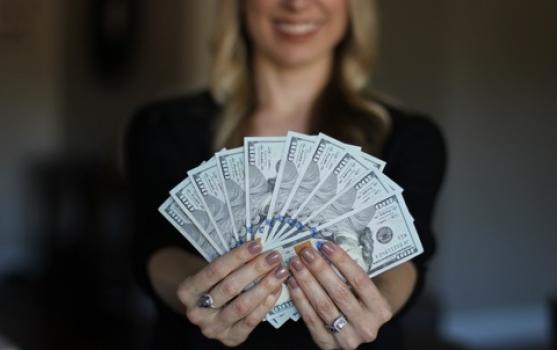 Tinerii suferă când câștigă mai mulți bani decât soțiile lor
