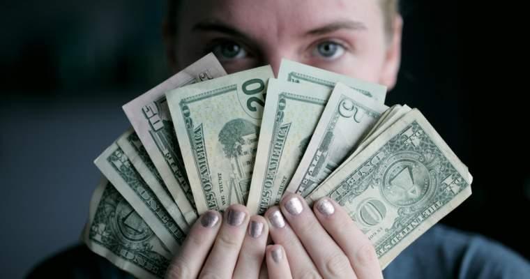 Cum poți să faci bani, dacă ai mâini de fotomodel